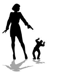 donna punta la pistola contro un piccolo uomo