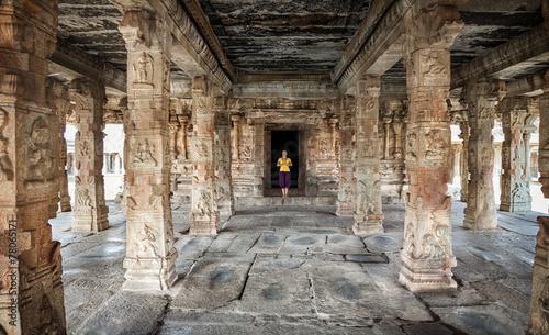 Foto op Aluminium Oude gebouw Woman in Hampi temple