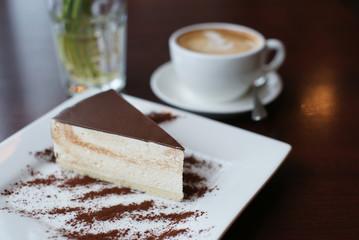 Кофе, десерт и букет подснежников на столе в кафе