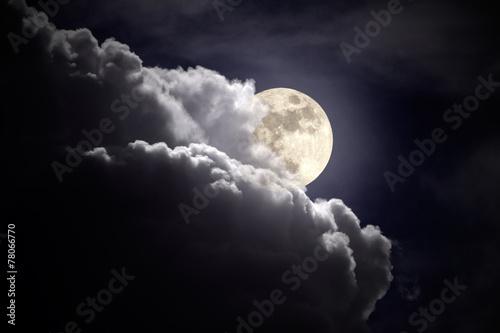 Noc pochmurna w pełni księżyca