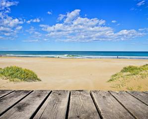 paseo de madera en la playa