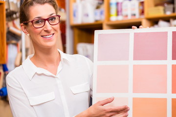 Innenarchitektin mit Musterkarte für Farben