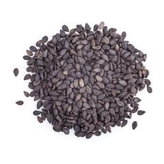 Semillas de sésamo negro aisladas sobre un fondo blanco