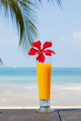 Апельсиновый сок на фоне океана. Тропический завтрак.