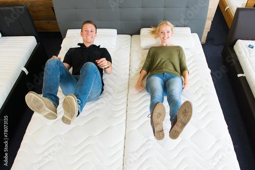 pärchen lässt sich auf matratzen fallen - 78073135
