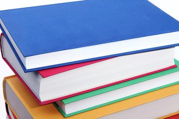 Bunte Bücher auf einem Stapel liegend