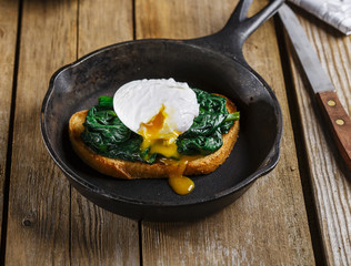 Bruschetta with spinach and poached egg