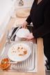Frau beim Geschirrspülen