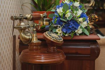 Телефон и свадебный букет