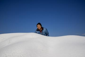 雪の中に男性