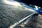Concepto de viajes.Asfalto agrietado y curva de carretera.