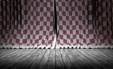 Cortinas de tela a cuadros y suelo de madera