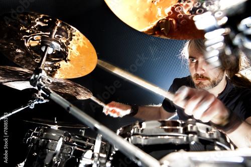 Leinwanddruck Bild Hombre tocando la batería. Concierto y música en directo