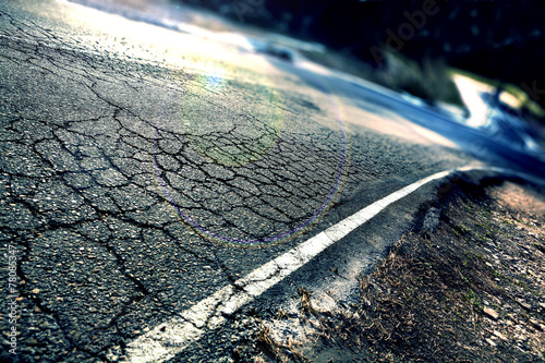 Concepto de viajes.Asfalto agrietado y curva de carretera. - 78085347