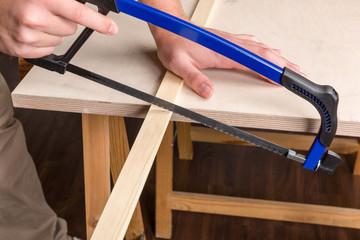 Holzleiste wird gesägt