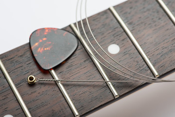 Electric guitar frets with mediator