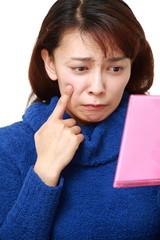 肌の不調に悩む女性