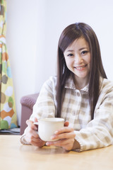 コーヒカップを持つ女性