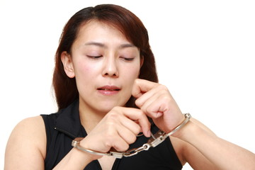 手錠をはずそうとする女性