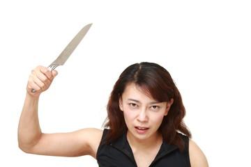殺意に満ちて包丁を振り上げる女性