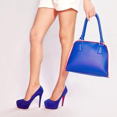 Женские ноги, туфли и сумка