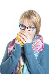 Mädchen trinkt aus einer Tasse