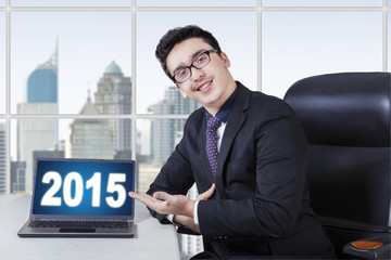 Caucasian businessperson showing number 2015