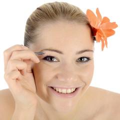 Twen zupft sich Augenbrauen mit Pinzette