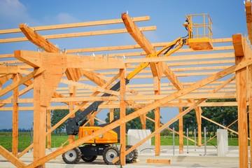 Stallbau, Holzkonstruktion, ausgefahrener Hublift