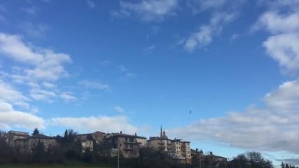 Cielo nuvoloso con gabbiani