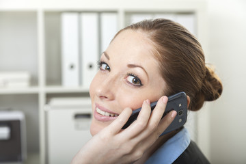Frau mit Smartphone im Büro