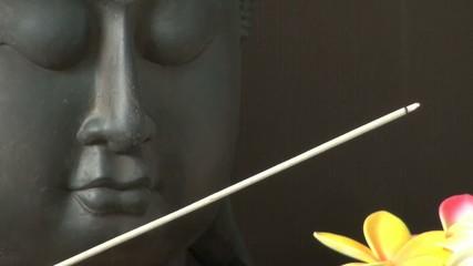 Bâton d'encens et statues de bouddha