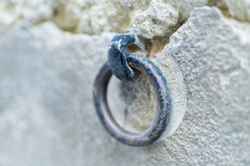 Argolla anclada a la pared