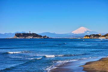 七里ヶ浜からの江の島と富士山とサーファー達