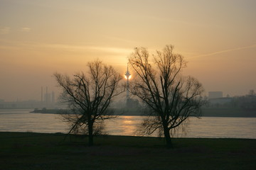 Sonnenaufgang am Rheinturm