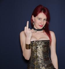 Donna sensuale con il dito medio alzato