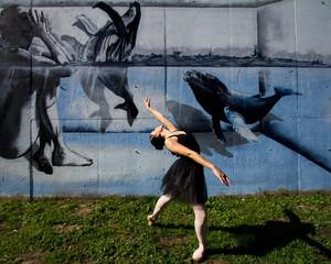 Postue cambrée pour cette ballerine dansant en plein air.