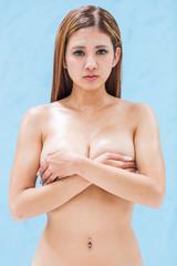 バストトップを手で覆う日本人女性
