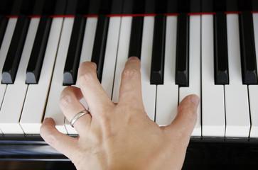 ピアノと男性の手