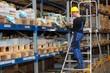 Leinwanddruck Bild - Lager Logistik Kommissionieren mit Tablet