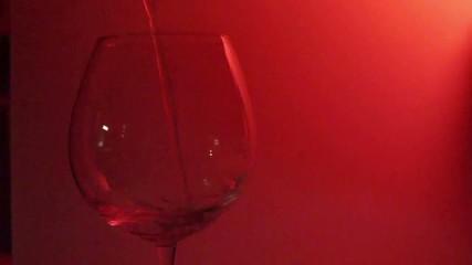 calice in primo piano con vino versato
