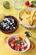 frische Tomatensalsa und Schwarze-Bohnen-Mus