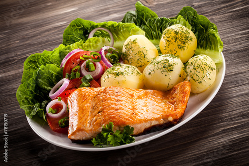 Grilled salmon and vegetables - 78150719