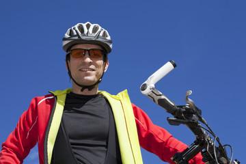Ciclista de montaña con barro en la cara