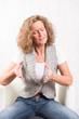 Porträt starke Frau mit kritischem Blick sprechend
