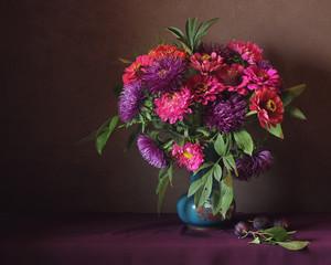 букет из осенних розовых и фиолетовых цветов