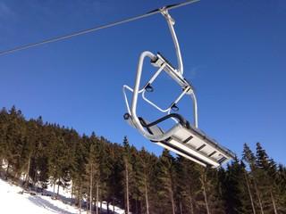 sessellift in einem skigebiet mit seilbahn