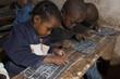 Leinwanddruck Bild - des enfants écrivent sur une ardoise à MADAGASCAR