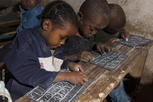 Foto op Aluminium Overige des enfants écrivent sur une ardoise à MADAGASCAR