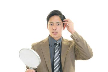 手鏡を持つ男性